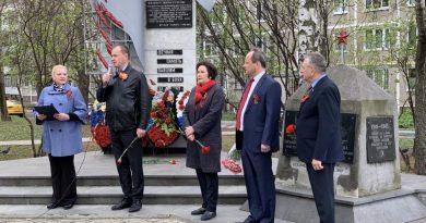 Сотрудники АО «НИЦЭВТ» провели торжественное возложение венка к мемориалу погибшим летчикам.